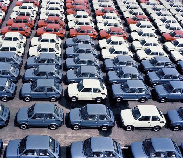 Fiaty 126p czekające na transport do salonów