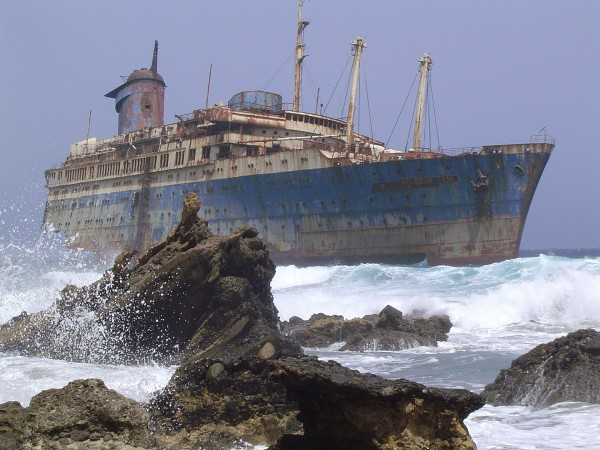 Wrak statku American Star (SS America) u wybrzeży Fuerteventury (w roku 2004) (fot. wikipedia.org)