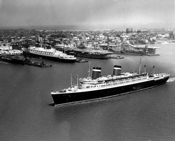 SS America wpływająca do doku w Newport News Shipbuilding w 1952 roku (fot. Newport News Shipbuilding)