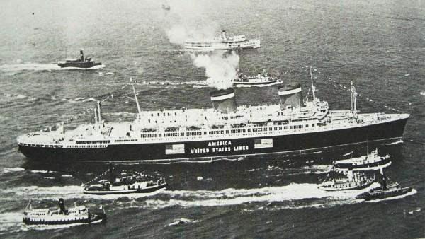 America w jednym z swoich pierwszych rejsów - 1940 rok, na burcie zwraca uwagę oznaczenie neutralności (fot. United States Lines)
