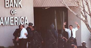 Pracownicy banku wychodzący pod osłoną policji (fot. Gene Blevins/Los Angeles Daily News)