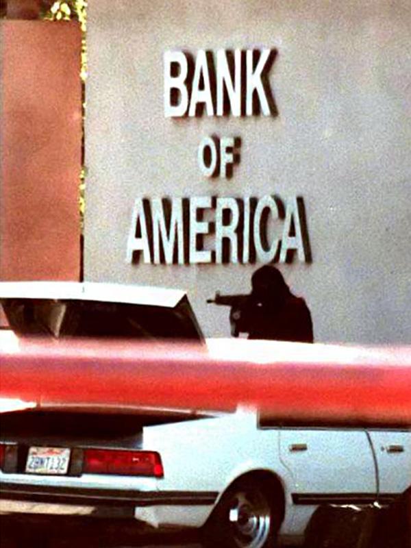 Jeden z napastników przed budynkiem banku (fot. Gene Blevins/Los Angeles Daily News)