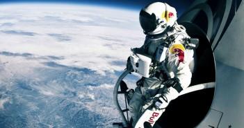 Felix Baumgartner podczas skoku z stratosfery (fot. thesuperslice.com)