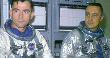 John Young i Gus Grissom przed startem (fot. NASA)