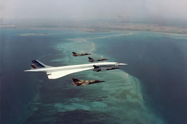 Concorde z prezydentem François Mitterrandem na pokładzie eskortowany przez francuskie myśliwce