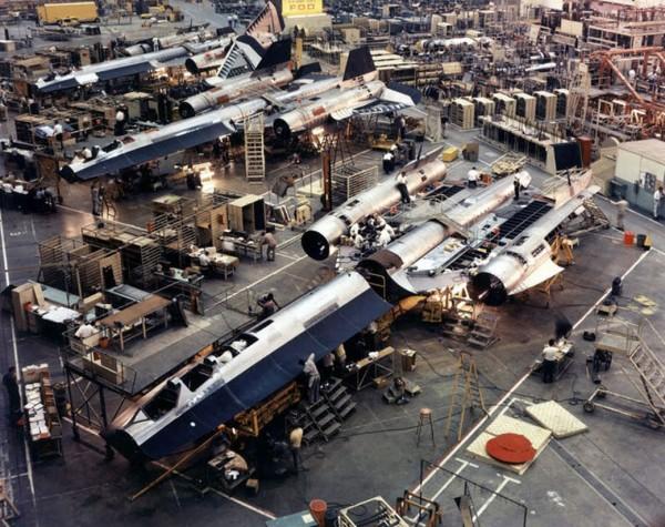 Linia montażowa samolotów A-12 w Skunk Works