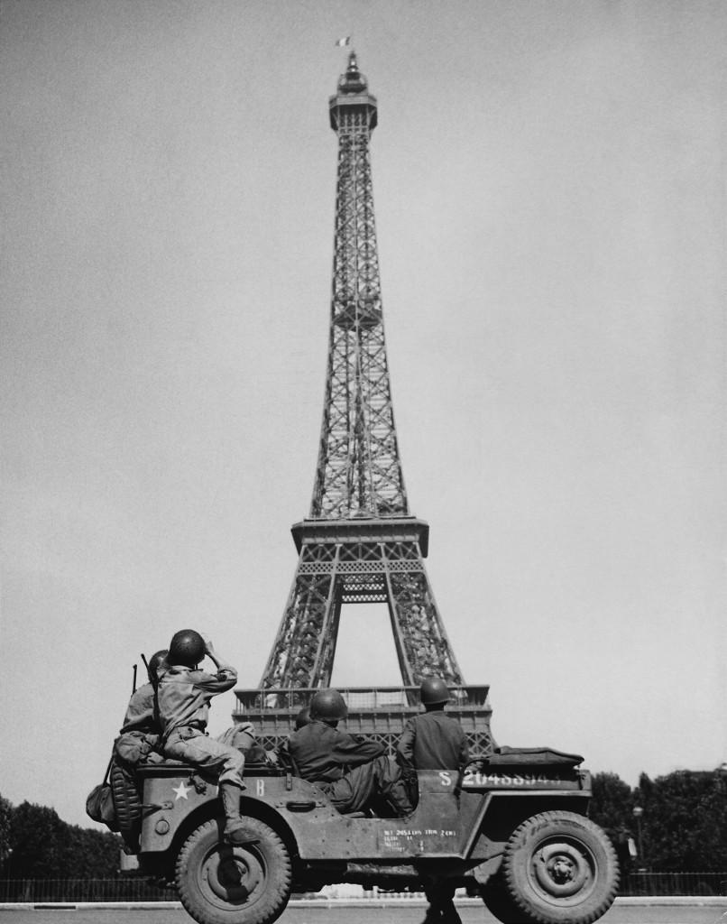 Amerykańscy żołnierze oglądający wieżę w 1944 roku
