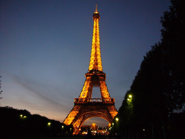 Wieża Eiffla w nocy (fot. sites.psu.edu)