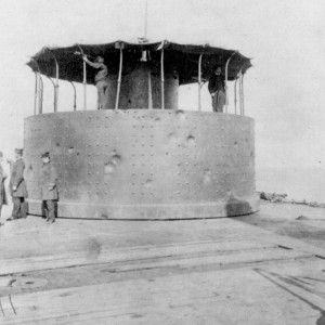 Wieża Monitora po bitwie, widać liczne wgniecenia będące wynikiem trafień (fot. Biblioteka Kongresu)
