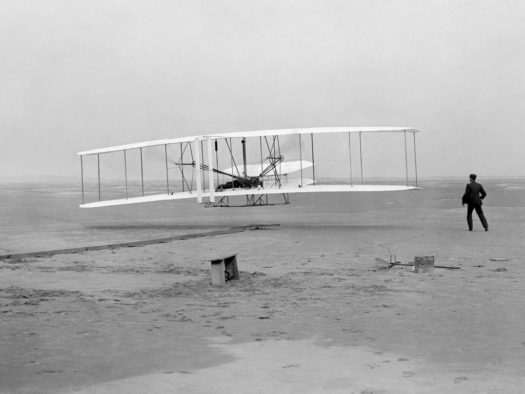 Flyer braci Wright podczas swojego pierwszego lotu - 17 grudnia 1903 roku