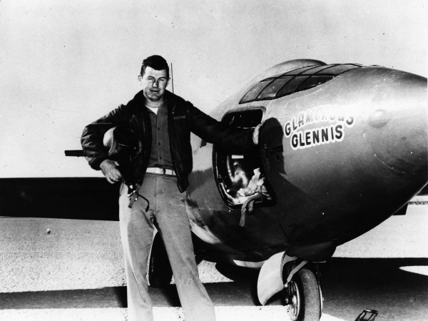 Chuck Yeager obok swojego X-1