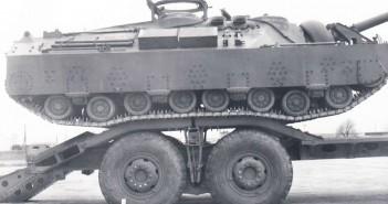 T28 wjeżdżający na specjalną przyczepę transportową, do przewożenia pojazdu na duże odległości