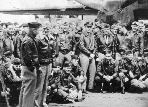 Dowódca USS Hornet kapitan Marc A. Mitscher podczas rozmowy z gen. Jamesem Doolittlem i załogami bombowców