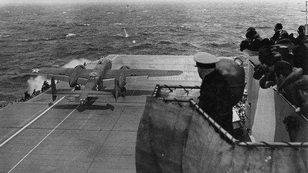 Bombowiec B-25 startujący z pokładu USS Hornet