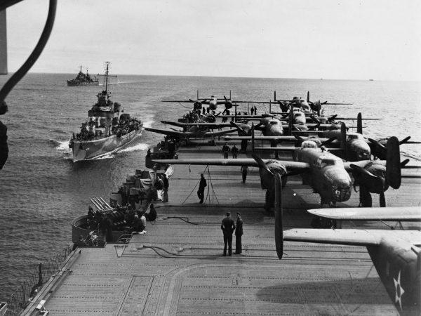 Bombowce B-25 Mitchell na pokładzie USS Hornet