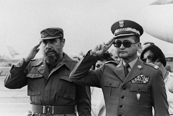 Fidel Castro obok generała Jaruzelskiego