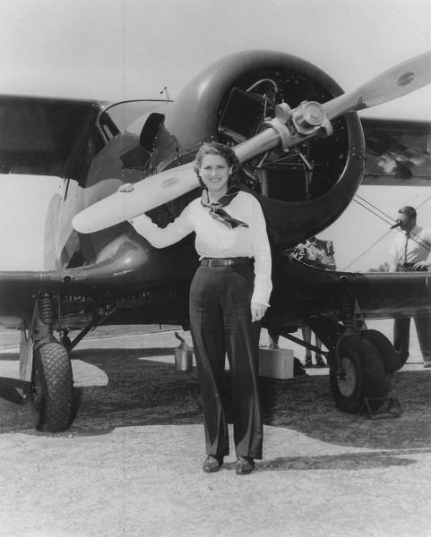 Jacqueline Cochran przy swoim samolocie Beech D17W Staggerwing - 1939 rok