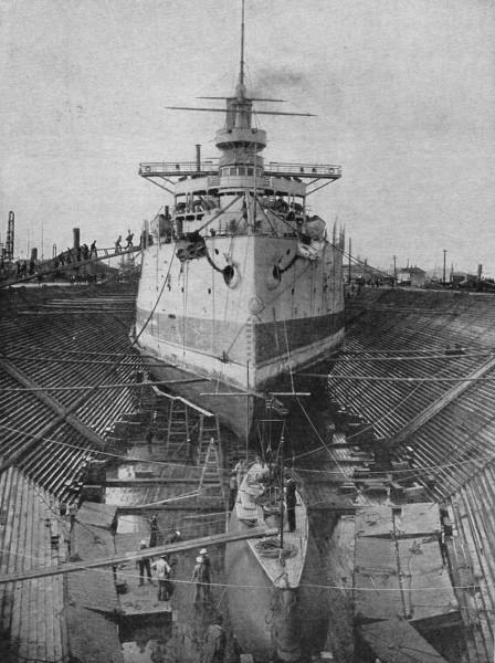 USS Holland w suchym doku - z tyłu widać rosyjski pancernik Retwizan zbudowany w USA. Nowy Jork 1901 rok.