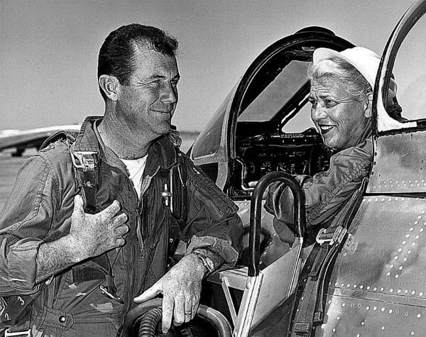 Jacqueline Cochran w swoim F-86, rozmawiająca z Chuckiem Yeagerem