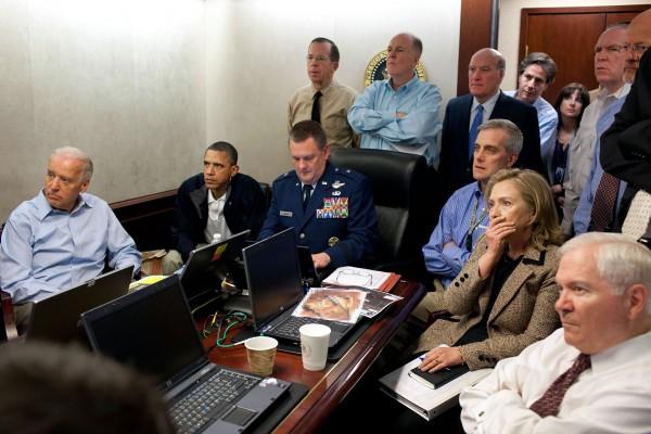 Najsłynniejsze zdjęcie wojny z terroryzmem, zaraz po zdjęciach wież WTC. Pokój sytuacyjny i politycy oraz wojskowi przyglądający się transmisji z ataku na rezydencję bin Ladena.