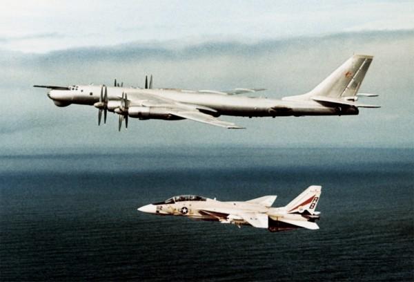 Należący do US Navy F-14A Tomcat obok Tu-95RT nad morzem Śródziemnym - 15 luty 1977