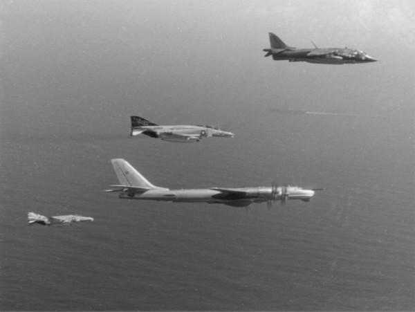 Harrier należący do US Marines oraz dwa F-4N Phantom II eskortujące radzieckiego Tu-95 - 1977 rok