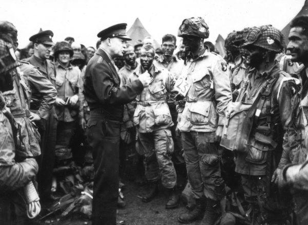 Generał Eisenhower rozmawiający z spadochroniarzami przed rozpoczęciem operacji