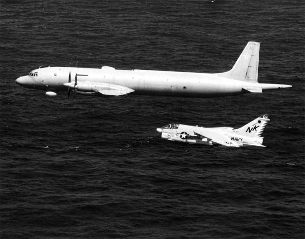 A-7E Corsair II i radziecki samolot rozpoznawczy Ił-38 lecący w pobliżu USS Coral Sea. Morze Arabskie około 1979 roku