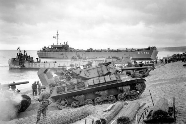 Amerykański niszczyciel czołgów M10 Wolverine podczas wyładunku w Normandii