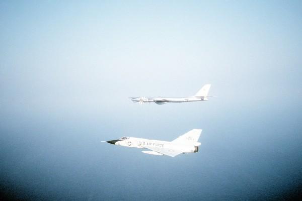 F-106 amerykańskiej gwardii narodowej niedaleko wybrzeża Nowej Szkocji i radziecki Tu-95 - 1982 rok