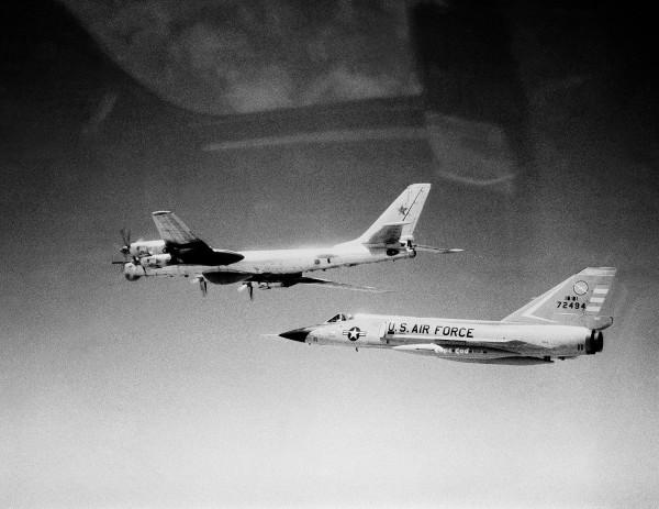 F-106A i radziecki Tu-95D - 1982 rok
