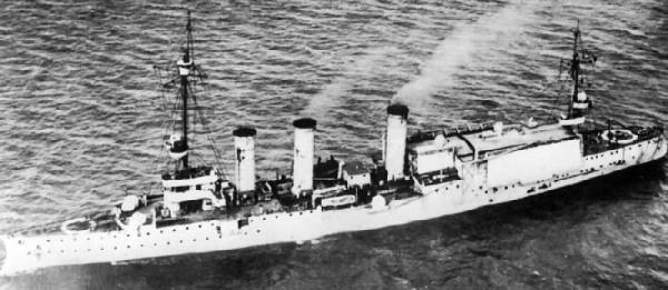 Lekki krążownik SMS Stuttgart jako transportowiec wodnosamolotów - tylko takie jednostki posiadali Niemcy w trakcie I wojny światowej. Zabierały one jednak zaledwie 2-4 wodnosamolotów