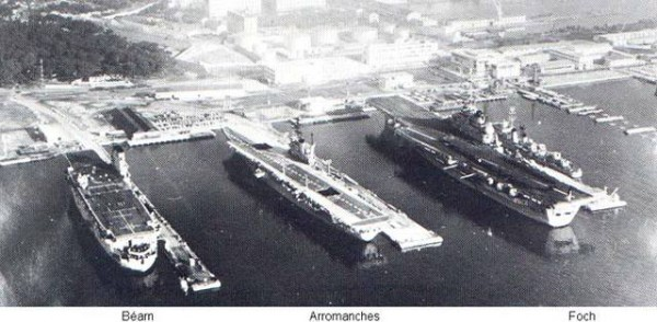 Ciekawe zdjęcie pokazujące Béarn obok innych lotniskowców - Arromanches i Foch. Widać jak przez lata zmieniły się rozmiary okrętów.