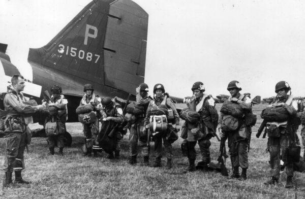 Amerykańscy spadochroniarze przygotowujący się do lotu do Francji