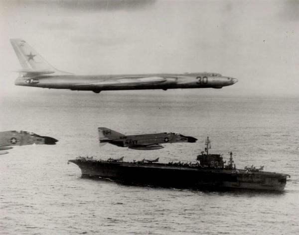Styczeń 1963 roku. Amerykańskie F-4 Phantom II eskortują sowiecki bombowiec Tu-16, przelatujący dosyć blisko lotniskowca USS Kitty Hawk