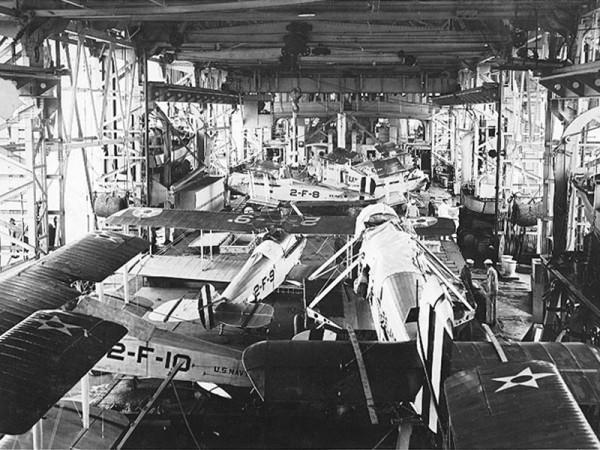 Samoloty Douglas DT i Vought VE-7 w hangarze USS Langley