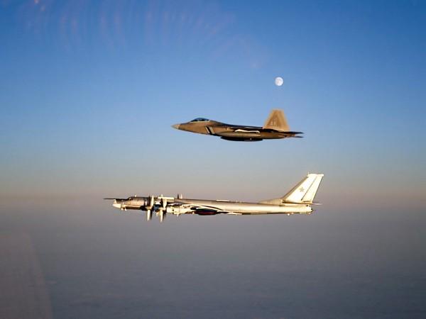 22 listopada 2007 roku - myśliwiec F-22 Raptor i wiekowy Tu-95