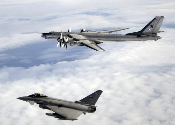 Brytyjski Typhoon F2 nad Atlantykiem obok Tu-95H - sierpień 2008