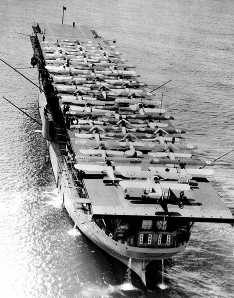 USS Langley w Pearl Harbor w maju 1928 roku - na pokładzie można zobaczyć 34 samoloty