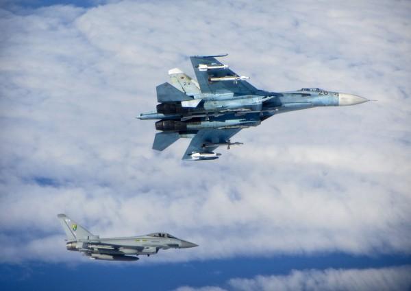 Całkiem świeży incydent - brytyjski Typhoon biorący udział w operacji Baltic Air Policing i rosyjski Su-27 - 17 czerwca 2014
