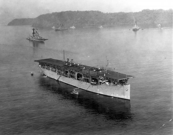 USS Langley i samoloty Vought VE-7 - Puerto Rico, 18 marca 1926 roku. W tle pancerniki typu Tennessee i New Mexico