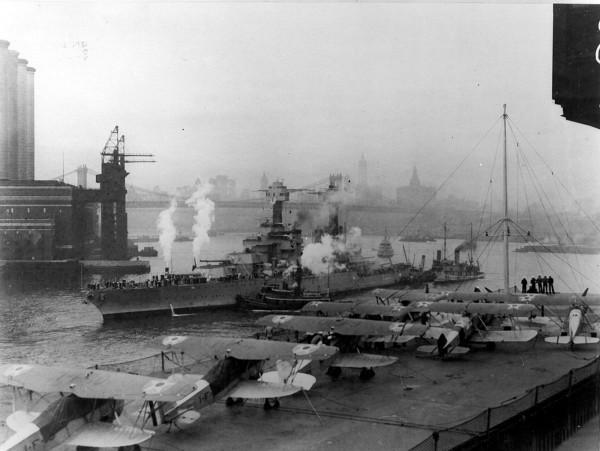 USS West Virginia i USS Langley w Nowym Jorku - widok na most Brookliński - maj 1927 roku. Na pokładzie widoczne są samoloty Boeing FB-5 i Curtiss TS-1