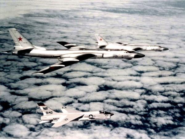 5 lipca 1963 roku. Należące do US Navy samoloty F-8E Crusader eskortują radzieckie bombowce Tu-16