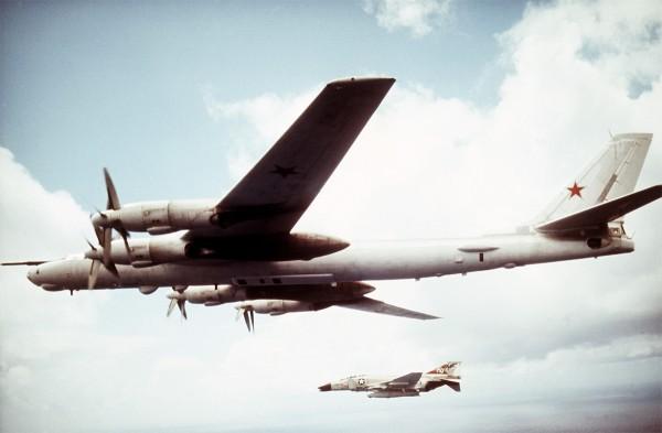 F-4B-27-MC Phantom należący do US Navy i radziecki Tu-95MR nad Morzem Japońskim w 1971 roku
