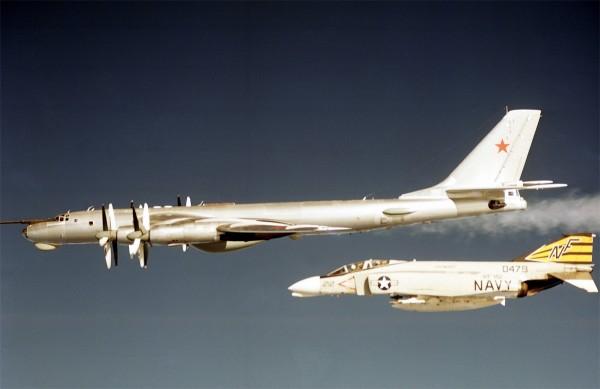 Należący do US Navy F-4B Phantom II i radziecki Tu-95 - wczesne lata 70-te