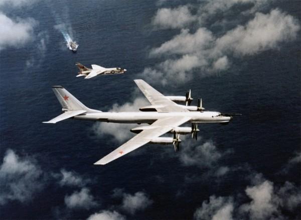 F-8J Crusader i radziecki rozpoznawczy Tu-95 niedaleko lotniskowca USS Oriskany - 25 maja 1974