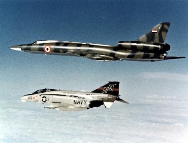F-4N Phantom II eskortujący tym razem libijskiego Tupolewa Tu-22 nad morzem Śródziemnym - kwiecień 1977