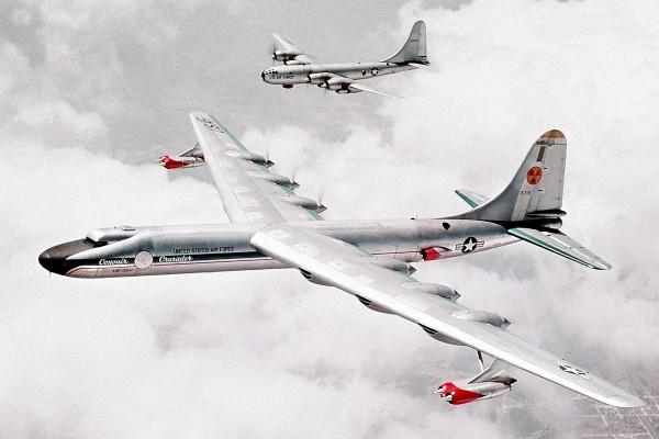 NB-36 w locie - z tyłu widać B-50, zmodernizowaną wesję bombowca B-29