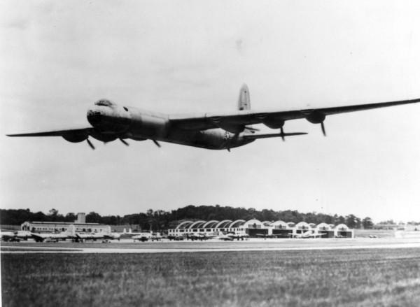B-36 podczas niskiego przelotu nad lotniskiem