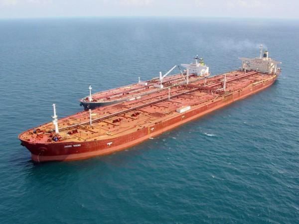 Jahre Viking - największy zbiornikowiec na świecie. Łupina obok ma zapewne standardowe rozmiary około 200 metró długości...
